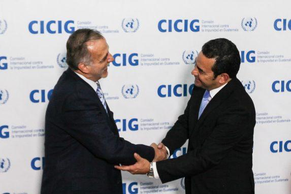 Iván Velásquez y Jimmy Morales, en 2015. Foto: Carlos Sebastián