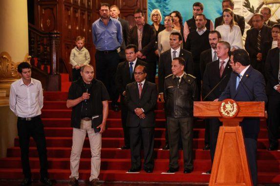 Jimmy Morales le da la palabra a sus invitados. En este caso a Emilio Zimeri, padre de Andrés Zimeri. Foto: Carlos Sebastián