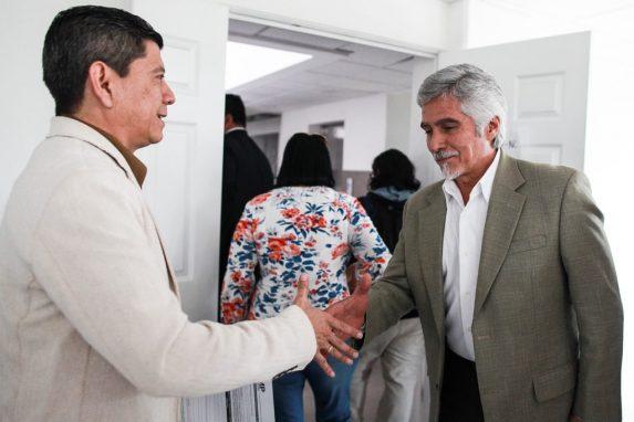Juan Ramón Lau saluda a Ricardo Méndez Ruiz, de la Fundación contra el Terrorismo, el día cuando realizaron una visita al edificio del MP en la zona 5. Foto: Carlos Sebastián