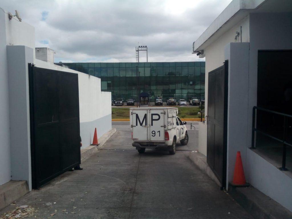 Un vehículo de la Fiscalía Contra la Corrupción ingresa al Aeropuerto.