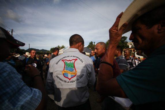 Un grupo de pobladores xinkas protestan por la mina, en 2017. Foto: Carlos Sebastián