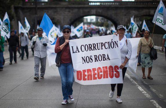 Este era el discurso popular, el de los ciudadanos, afuera del Palacio Nacional. Foto: Sandra Sebastián