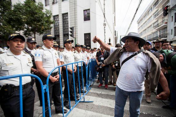 La policía impidió que los manifestantes se acercaran al Congreso. Fueron varios al menos tres círculos de seguridad que dejaron sin movilidad las calles alrededor de la sede del Organismo Legislativo. Foto: Sandra Sebastián