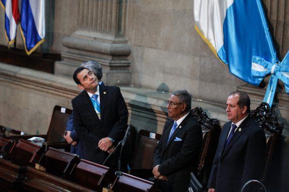 Jimmy Morales observa el tablero electrónico para constatar el número de diputados presentes durante la presentación de su informe. Foto: Carlos Sebastián