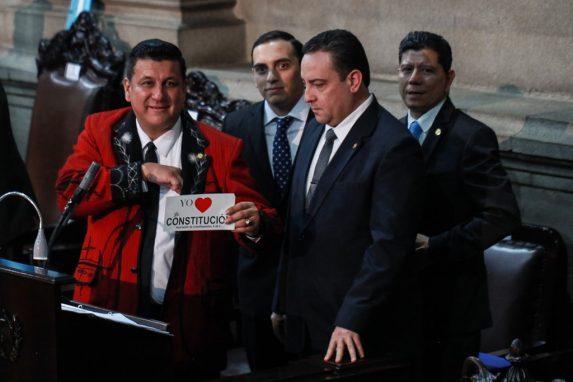 Miembros de la última junta directiva de esta administración. Estuardo Galdámez con su saco de Nebaj muestra una de las calcomanías que repartido el diputado Fernando Linares Beltranena. Foto: Carlos Sebastián
