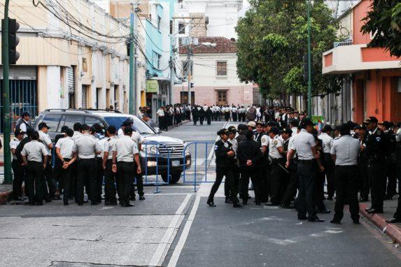 Desde el domingo fueron movilizados al menos 7 mil policías, a la mayoría le suspendieron sus descansos. Esto, para reforzar el perímetro del Congreso de la República y evitar enfrentamientos —o encerronas— en el edificio. Foto: Carlos Sebastián