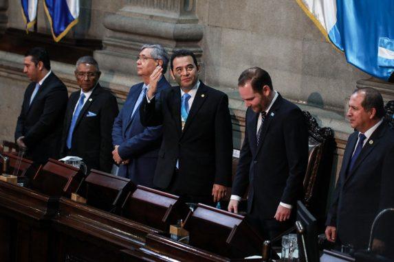 Jimmy Morales saluda a sus ministros, viceministros e invitados luego de hablar durante una hora sobre lo que él considera avances en los últimos doce meses de gestión. Foto: Carlos Sebastián