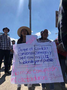 Guatemaltecos marcha en contra de la decisión del gobierno de expulsar a la CICIG y por desobedecer resoluciones de la CC. Fotos: Carlos Sebastián y Pia Flores