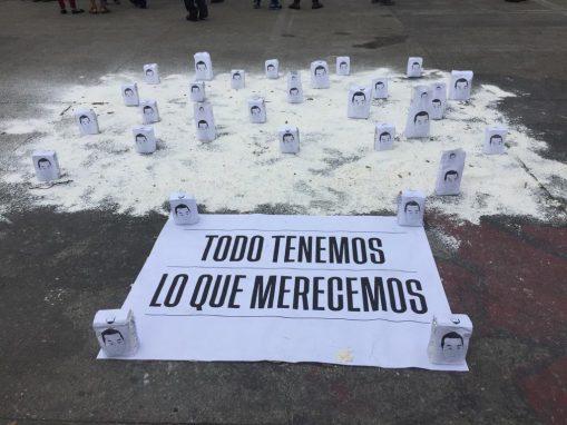 Esto fue colocado frente al Palacio, como una protesta contra Jimmy Morales. Foto: Sandra Sebastián