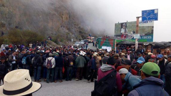 Organizaciones indígenas protestan en diferentes puntos del país. Aquí, en el entronque entre Cunén y Nebaj. Foto: Autoridades indígenas