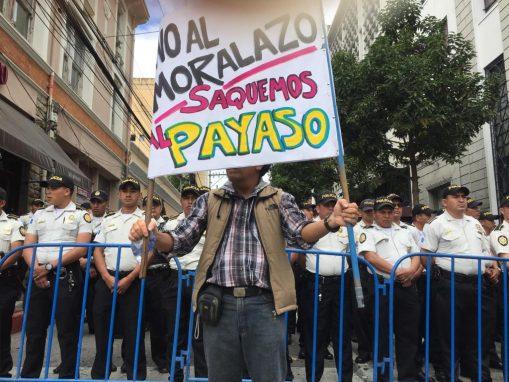 Una de los carteles que llevaban los manifestantes en contra de la decisión de Jimmy Morales de no respetar las resoluciones de la CC. Foto: Sandra Sebastián