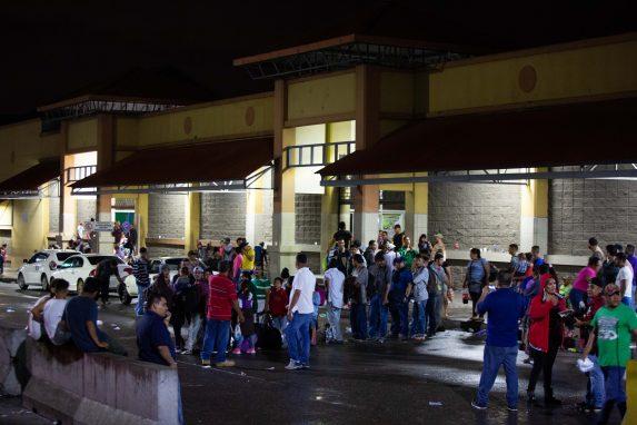 Una de las características de esta caravana es que no tienen líderes visibles. Fue convocada en redes sociales y se sumaron personas de los barrios más pobres de San Pedro Sula.
