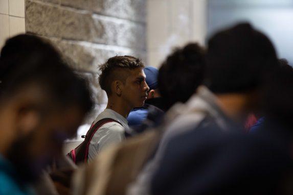 La mayoría de quienes integran la caravana son jóvenes y aseguran que viven todos los días con el pánico de morir en un hecho de violencia, además, dicen que aunque algunos tienen títulos de nivel medio o estudios universitarios, no encuentran empleo.