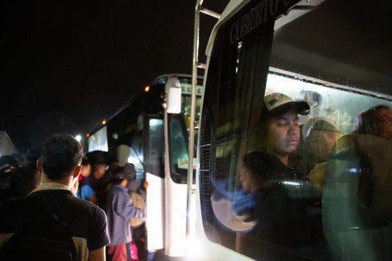 El grupo de hondureños salió de San Pedro Sula en autobuses, la misión en recorrer la mayor parte que puedan pagar en vehículos y el resto caminando, como lo hicieron sus compatriotas de octubre pasado.