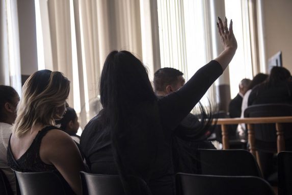 Hera y otra acusada, tras una larga espera a que inicie la audiencia y sentadas en la última fila de la sala de vistas, responden al juez mientras pasa lista de los acusados.