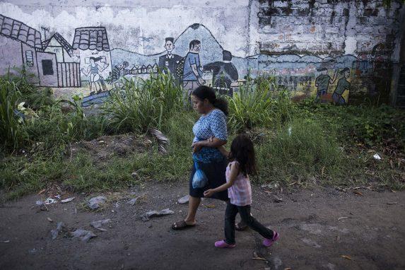 En los municipios más pobres y violentos del departamento de San Salvador la imagen represora que tiene la ciudadanía de la policía se revela en las paredes.