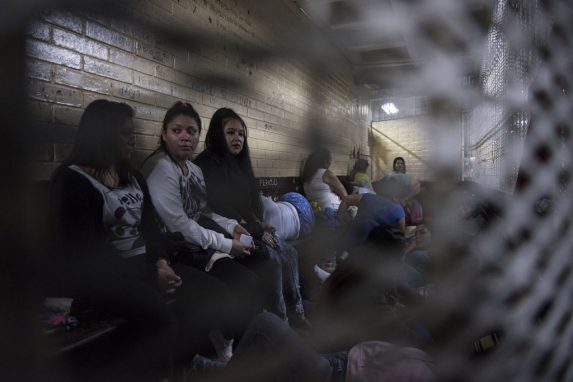 Las celdas de Torre de Tribunales de Ciudad de Guatemala miden entre 10 a 15 metros cuadrados con un solo cuarto de baño al fondo. A veces, en estas celdas, hay más de 30 acusadas esperando a sus audiencias.