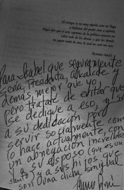 El alcalde escribió una dedicatoria en un ejemplar del libro 'Arzú. Y el tiempo se me fue'. Foto: Facebook de Isabel Arzú