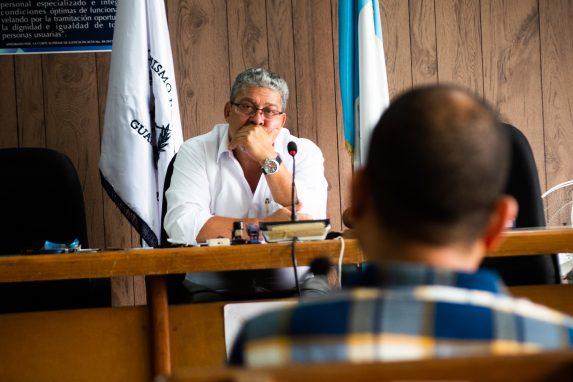 El juez Felícito escucha a uno de los peritos que declararon en el juicio.