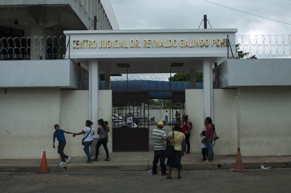 Trabajadores del centro judicial Isidro Menéndez limpian el busto del citado jurista y eclesiástico salvadoreño, el día que Habe va a firmar por última vez en el libro de asistencia para las personas con procesos abiertos.