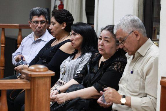 Los cinco papás y mamás de los estudiantes de la UVG llevan siete años viajando a Puerto Barrios en busca de respuestas por la muerte de sus hijos.