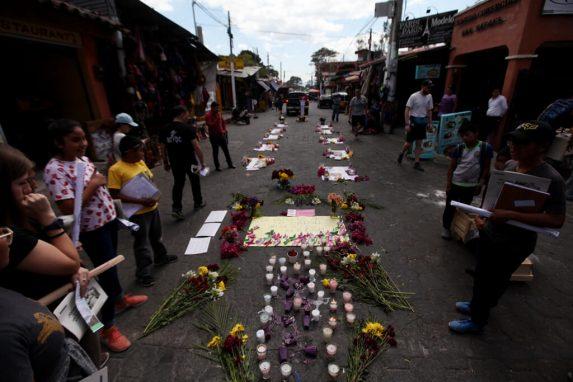 Hubo un altar con imágenes y los nombres de las niñas fallecidas en el hogar seguro Virgen de la Asunción.