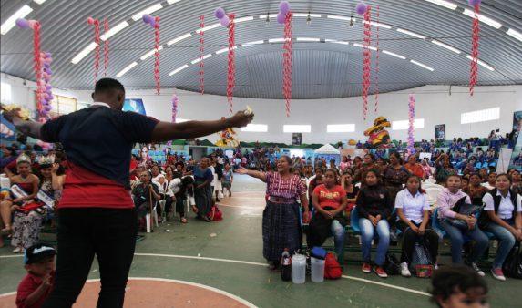 En el gimnasio municipal la esposa del alcalde organizó un evento para las mujeres donde regalaron objetos de cocina.