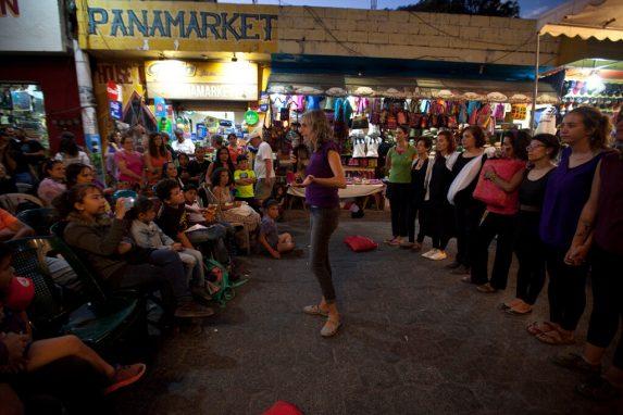 La Calle Santander reunió a las mujeres de la comunidad para escuchar los mensajes feministas.
