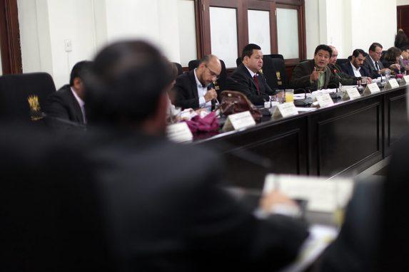 Carlos Barreda, diputado de la UNE, interroga al registrador Leopoldo Guerra. Foto: Sandra Sebastián