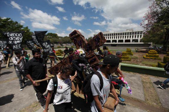 La AEU realizó una caravana en el campus de la USAC para promover las reformas a la legendaria Huelga de Dolores.