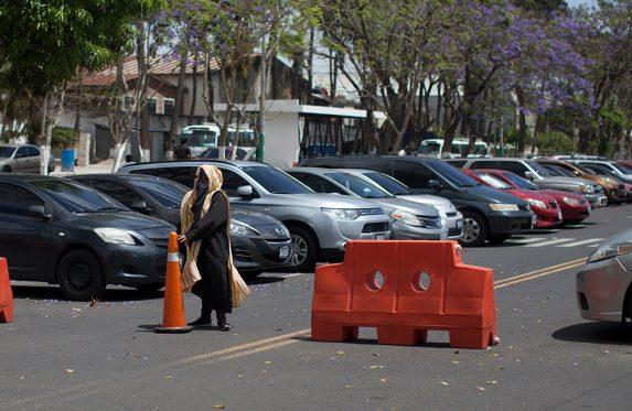 Los encapuchados se adueñan de los parqueos y hacen cobros bajo amenaza a los vendedores del campus de la USAC.