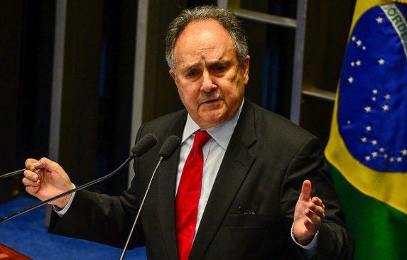 """""""Ellos quieren escuela de un solo partido, donde prevalezca la voluntad de ellos. No quieren que se diga que hubo dictadura, tortura, muertes, destierros"""", afirma el senador Cristovam Buarque (PPS-DF)."""