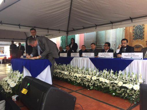 Magistrados del TSE son testigos de la firma del documento.
