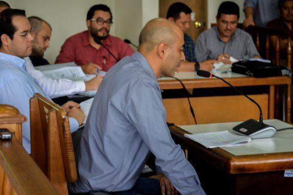 Eddy Mendoza, ex trabajador de la Compañía Guatemalteca de Níquel declara en el juicio. Era el jefe inmediato de Lemuel Valle, el biólogo que estaba con los jóvenes la noche que murieron. Foto: David Toro/Prensa Comunitaria