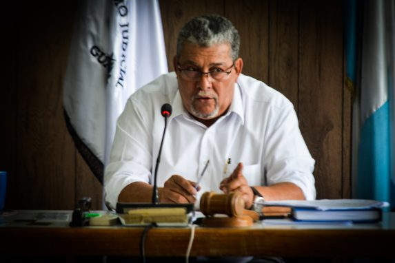 El juez Jesús Felicito Mazariegos escucha la declaración de los testigos en el juicio que se lleva a cabo en Puerto Barrios, Izabal. Foto: David Toro/Prensa Comunitaria