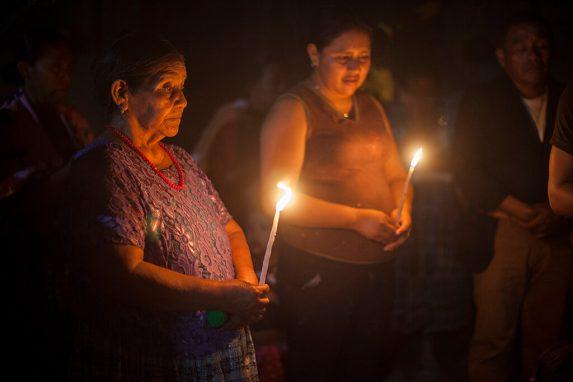 Abuela Carmen y su nieta oran durante la conmemoración de la sentencia por el caso Sepur Zarco.