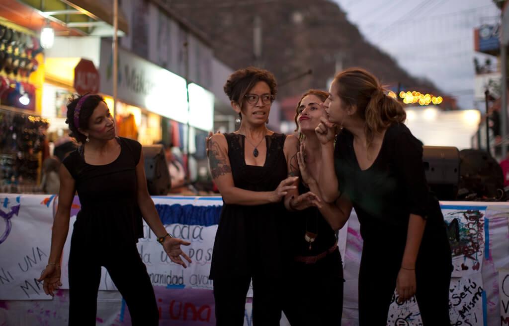 Mujeres en Panajachel hacen una representación sobre la violencia que sufren en la sociedad. Foto: Sandra Sebastián