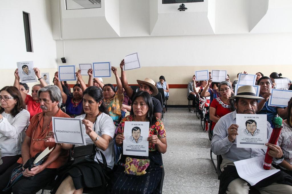 Abelino Chub Caal recibe apoyo durante la sentencia donde fue declarado inocente de los delitos.