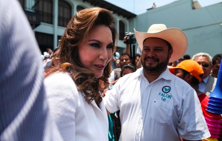 Zury Ríos saluda a sus simpatizantes frente a la CC.
