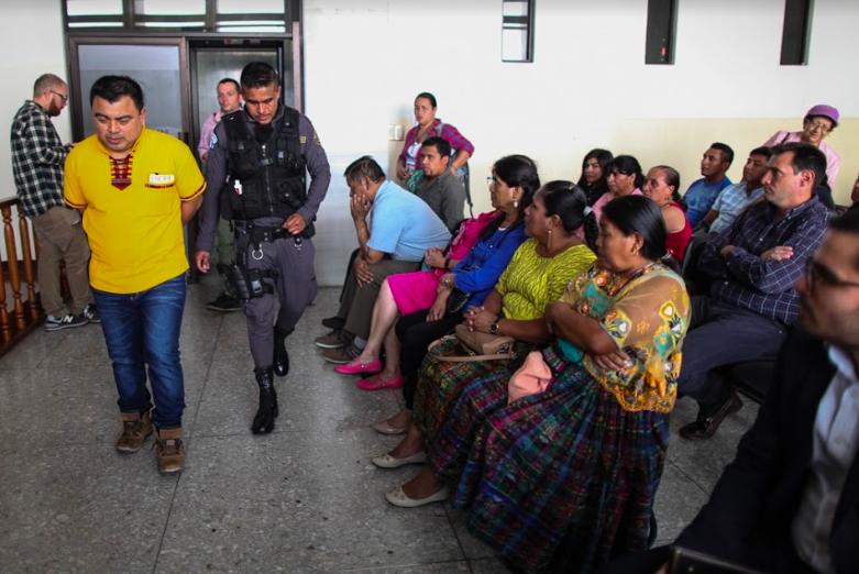 Familiares y amigos de Abelino Chub lo acompañan durante el juicio.