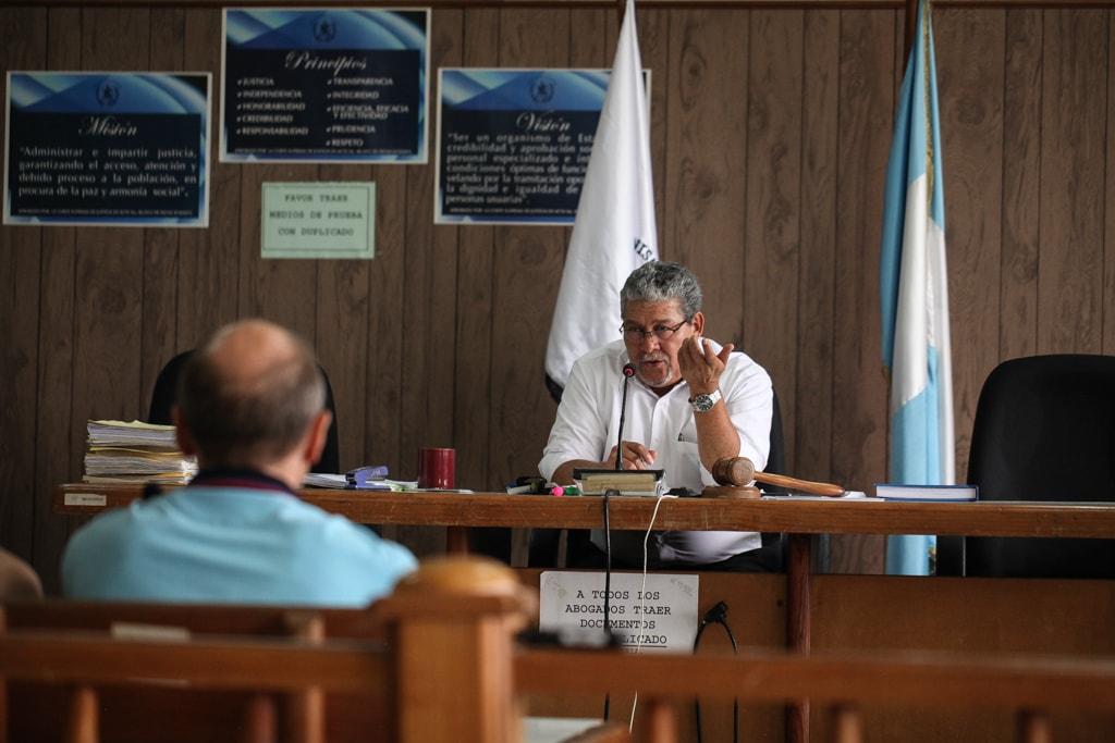 Le juez Jesús Felicito Mazariegos interroga al ruso durante el día 6 del juicio por la muerte de tres estudiantes de la UVG.