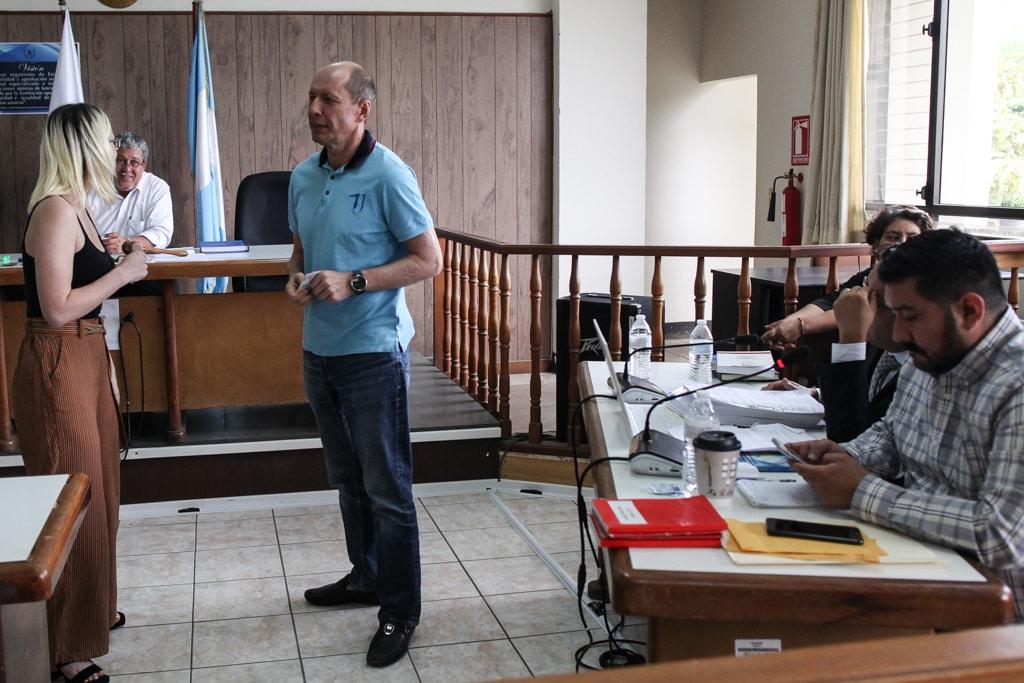 Dimitri Kurdyakov conversa con su traductora jurado en la sala de audiencias del OJ en Izabal.