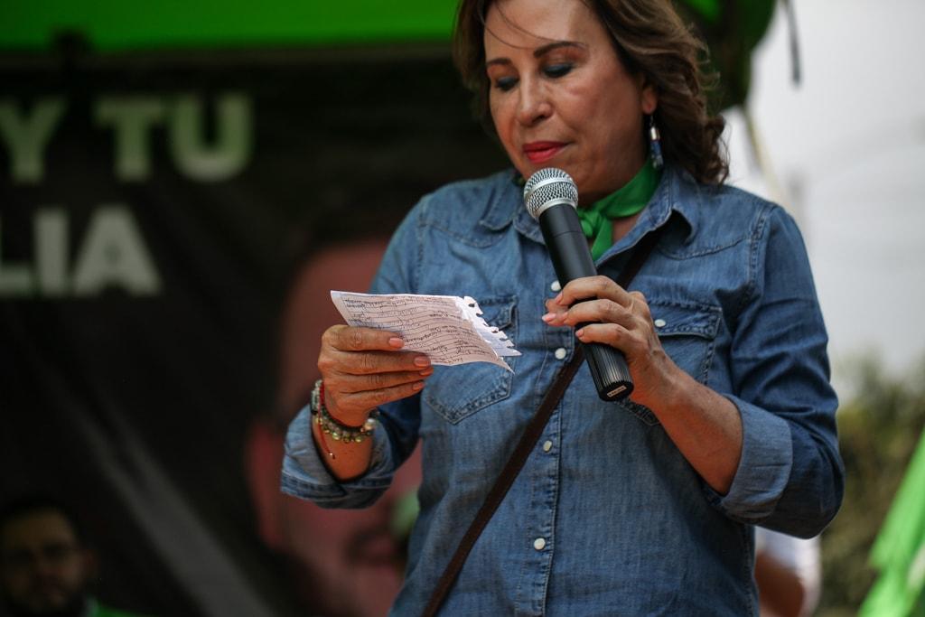Sandra Torres lee las anotaciones hechas en un papel previo a dar un discurso frente a simpatizantes en Alioto López, Villa Nueva.