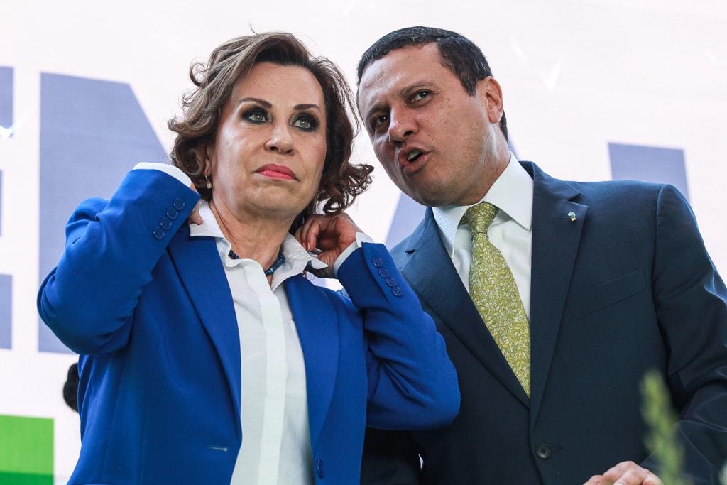 Sandra Torres y Carlos Raúl Morales son presentados como binomio presidencial de la UNE.