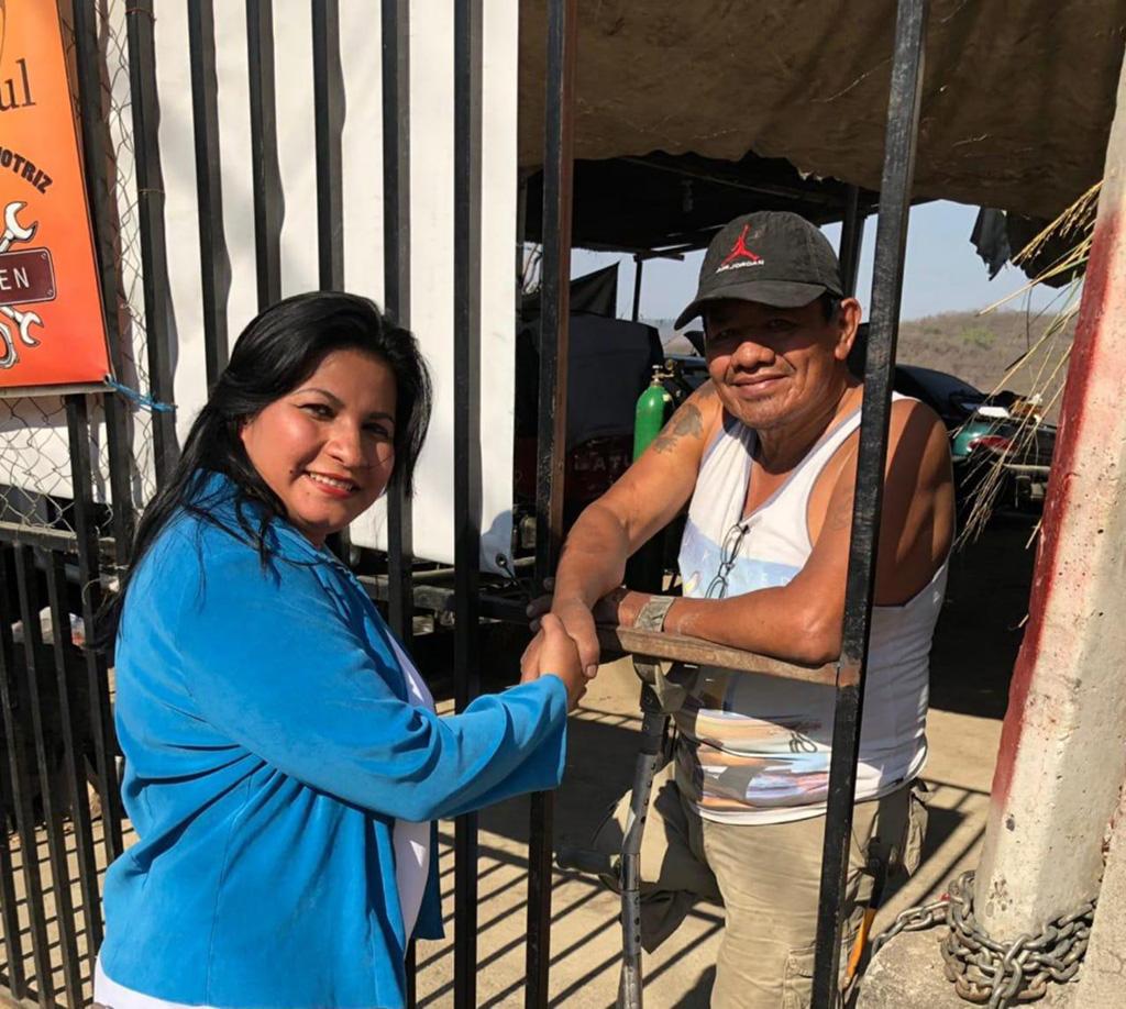 Jacqueline Pinto en una de sus actividades proselitistas en San José del Golfo.