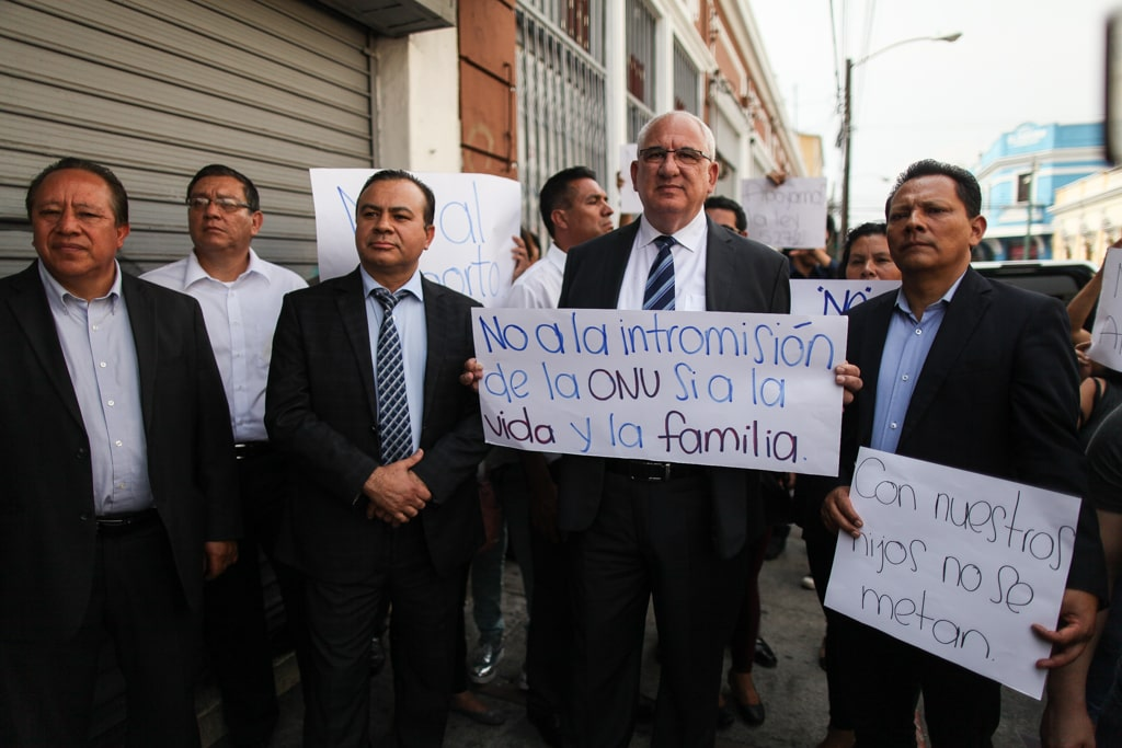 El diputado Aníbal Rojas acompaña al presidenciable de VIVA, Isaac Farchi, con carteles para apoyar la iniciativa 5272.