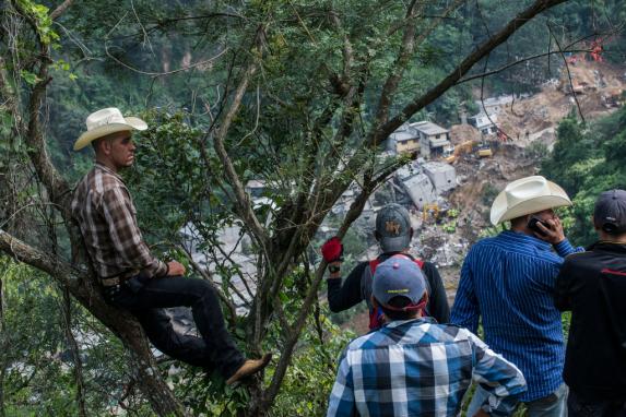 Vecinos de Santa Catarina Pinula observan desde el cementerio del pueblo la comunidad devastada de El Cambray II.