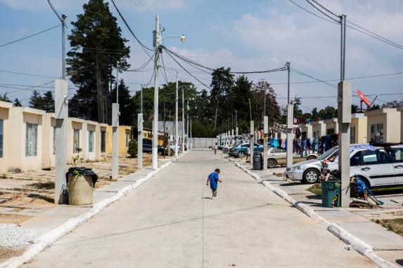 La urbanización tiene seguridad privada y un muro perimetral, las puertas de las casas están abiertas y los niños juegan en las calles.