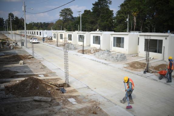 El proyecto habitacional incluye un espacio verde con parque de diversiones, un tanque comunal de agua y tratamiento de aguas residuales.