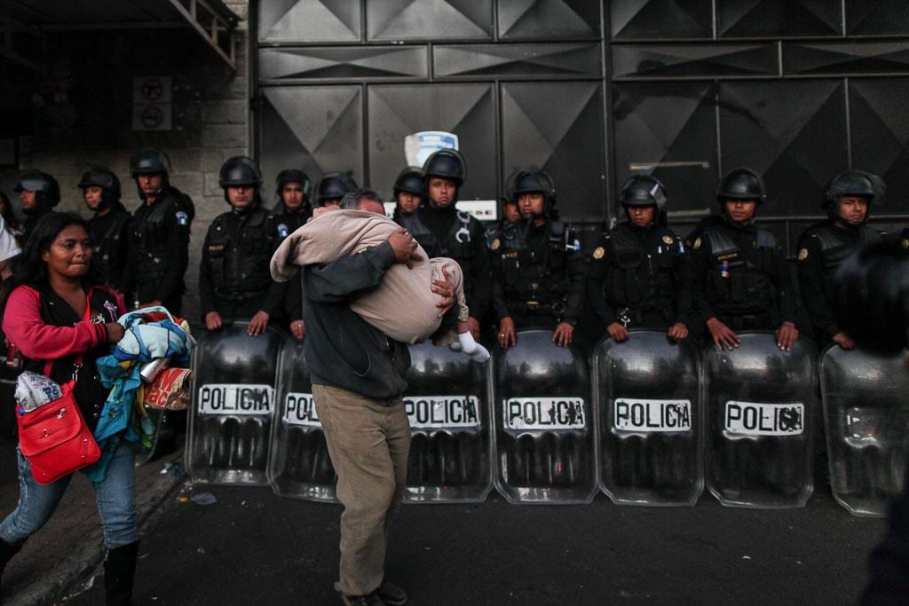 Policías antimotines resguardan el ingreso del Hogar Seguro Virgen de la Asunción el día de la tragedia.